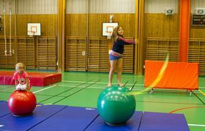 Clara Norin sex år är med på sin första cirkusskola.