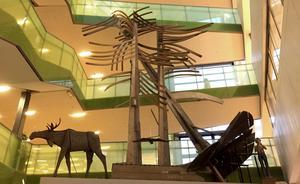 """Konstverket """"Skogen"""" av skulptören och konstnären Lenny Clarhäll finns numera i Stadshuset i Södertälje."""
