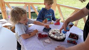 Luckas och Phoenix bakar sommartårta. Foto: Ingrid Nilsson