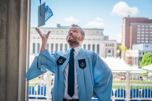Jonas Ekblom från Hudiksvall har tagit en masterexamen på en av världens främsta skolor, Colombia Journalist School i New York.