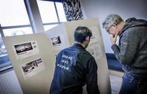 Lars Petersson, enhetschef för bebyggelse och slöjd, och arkeologen Martin Edlund tittar på utställningen där bilder visas hur museet kommer att se ut efter den stora renoveringen.