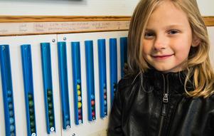 Sju kulor har Alexandra Lindberg fått i hop i hållaren på väggen. Det innebär att hon får en pokal.