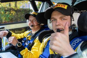 Pontus Lönnström gör tummen upp, och där bredvid honom sitter kartläsaren Stefan Gustavsson. Foto: JC Rallypics