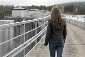 Elin vandrar ut på dammen (Krokströmmen) som spelar en viktig roll i serien, men först i slutet får vi veta vad som hänt där.