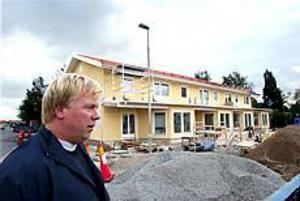 Foto: ANNAKARIN BJÖRNSTRÖM Snart klart. Anders Högberg utgick från vad han själv ser som sitt drömboende när han planerade radhusen på Falkvägen i Gävle. Närmare 90 personer har anmält sitt intresse för visning av radhusen som snart står klara. Priset: Drygt två miljoner kronor.