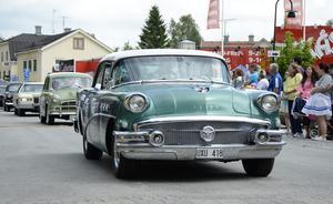 Cruising i Hällefors centrum. En grön Buick i täten på Sikforsvägen.