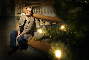 """Motvikt till stressad jul. """"Man behöver gå ner i varv,"""" säger kyrkvärden Birgitta Larsson, som hjälper till när kyrkan hålls öppen. De som besökt kyrkan under veckan har tänt ljus för någon de tänkt på. Ett tiotal personer har dykt upp varje dag. Tavlor med kristna motiv av konstnären Pia Bergvall, som tidigare bott i Forsby visades också upp."""