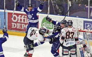 Fredrik Händemark knuffas av DIF:s Timmy Pettersson direkt efter att ha satt 1–0-målet vilket utlöser ett stort slagsmål. Foto: Johnny Fredborg