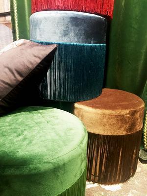 Kuddar, sittpuffar, ja även gardiner var fransprydda hos Svanefors. Mycket färg syntes också på mässan.