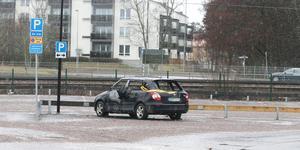 Den utbrända bilen stod fortfarande kvar vid 14-tiden på söndagen.