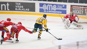 Carlsson hade flera chanser i den första perioden. Han gjorde ett mål i matchen.