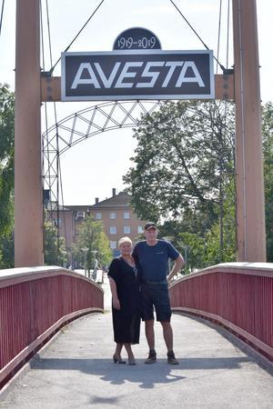 På torget bakom Lillemor Eriksson och Kjell Gustavsson kommer vigseln ske på lördag.
