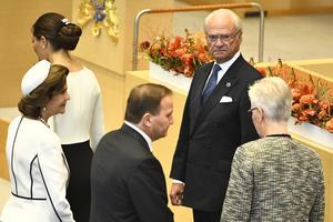 Kungen öppnar riksmötet hösten 2018. Riksdagen är Sveriges högsta beslutande organ, får barn och vuxna veta i boken. BIld: Claudio Bresciani/TT