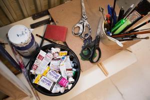 Ingela är konstnär och har en ateljé i källaren.