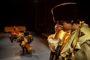Fursten av Verona är förtvivlad över våldet som brutit ut i hans stad och bannlyser Romeo.