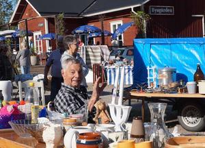 Ett känt par bland loppisar ute är Sture Woxmark med hustrun Gulli. Läsarbild: Per Persson.