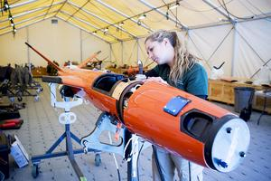 Brooke Gruetzmacher från USA förser roboten med de speciella egenskaper som tyska marinen beställt.