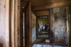 Dörren som syns till höger är egentillverkad med virke från en kusins gamla gård. Gångjärnen har Elins man Tommy smidigt i familjens grill.