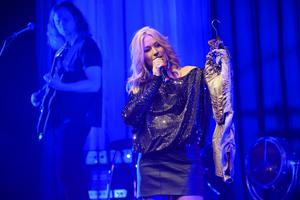 Jessica Andersson visar upp den klänning som skapade rubriken