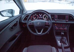 Inredningen påminner om Volkswagen Golf. Några knappar och reglage är identiskt lika.