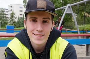 Marcus Lundberg, 18 år, trivs med feriepraktiken på Arnljotskolan, Frösön.  När han lämnar gymnasiet om ett år hoppas han kunna jobba som vikarie på samma arbetsplats.