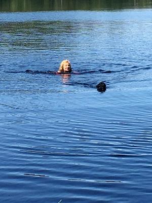 """Matte och Ella simmar."" Foto: Stina Carlsson, Kumla"