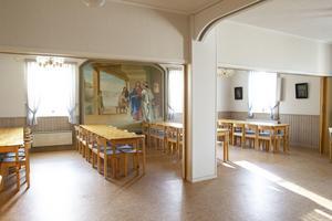 I Vallstakyrkan finns en större serveringslokal, som byggdes ut 1993. Här hänger också den målning som satt ovanför koret när kyrkan var nybyggd.