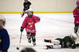 Melissa Eriksson, 5 år, behärskar att åka på ett ben.