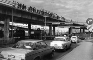 Den 3 juni 1972 blev bron inofficiellt invigd. Under fyra timmar på kvällen var bron öppen för gående och en bra bit över 5 000 personer vandrade de 680 meterna över Storsjön.