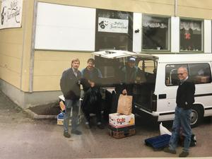 Vid den första resan hade Ture Persson och hans kolleger en minibuss. Nu har de uppgraderat till lastbil. Foto: Privat