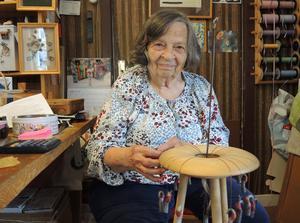 Hon är en av få kvarvarande hårkullor och håller därmed en Våmhustradition vid liv. Joanna Svensson har dock sina rötter i USA dit hennes morföräldrar tidigare utvandrat.