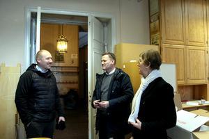 Robert Brandt och Stefan Holgersson visar lilla salen som är full av möbler. Innan huset säljs ska det tömmas.