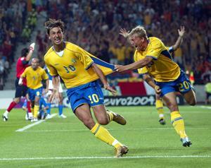 Zlatan Ibrahimovic jublar och jagas av Marcus Allbäck efter sin magiska kvittering mot Italien i EM 2004. Foto: Jonas Ekströmer