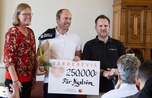 Pär Nyström forskar för att tidigt upptäcka om autism hos små barn. Här får han pengar ur fonden av Lotta Källgren, ordförande och Mathias Larsson.