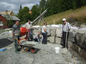 Styrelsen i arbete med muren. foto: Göte Nordmar