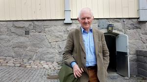 Bengt af Klintberg vid källaren till Gamla rådhuset. Han berättar om alla tokhistorier som uppstod när rådhuset skulle byggas på 1700-talet.