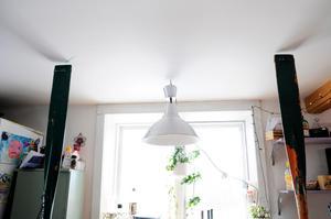 Både James och Emelie gillar återbruk, så därför är bland annat två åror är fastskruvade i en av kökets bänkskivor. De fungerar både som dekoration och som stolpar att fästa praktiska krokar i. Foto: Sara Adelhult.
