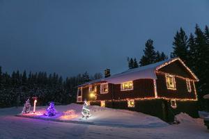All belysning plockas ner efter jul förutom en slinga på taknocken.