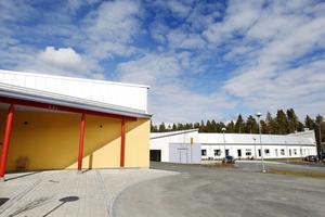 De två byggnaderna som huserar verksamheterna är identiska sånär som att de är spegelvända och olika färgsatta.