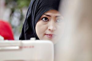 Maryam Rizai syr ett par byxor med matchande topp till.