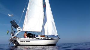 På vägen mellan Portugal och Porto Santo/Madeira dog vinden helt, så besättning hoppade i och tog sig ett dopp i det 4000 meter djupa vattnet.