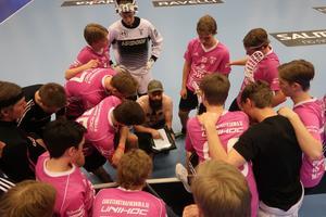 Coach Thomas Holmgren instruerar laget inför jakten mot 3-2 målet i sista gruppspelsmatchen. Foto: Privat