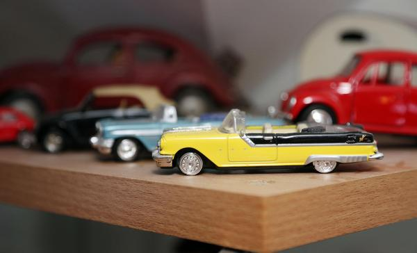 För att entusiasmera maken att följa med på loppis och leta samlargrejer har Iréne Holmgren börjat samla leksaksbilar.