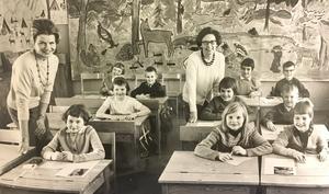Stans lyckligaste lågstadieklass finns på Gideonsbergsskolan 1964. Lärarna fru Solveig Engdahl och fru Kaisa Staffansson är populära hos sina elever. Den käcka målningen i bakgrunden har eleverna själva komponerat. Foto: VLT:s arkiv
