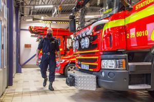 Kamil Oskar Bialas kör som ställföreträdande räddningschef inte brandbil, det gör brandmännen.