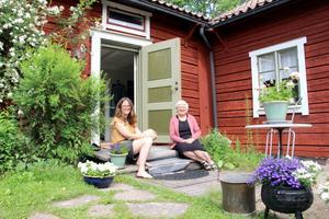 Annas mamma Lena bor granne. Nästa projekt i sommar ska bli att lägga Gävlesandsten på altanen.