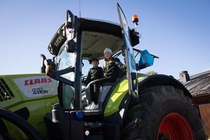 Hugo och Hanna Rydesätter provar för första gången att sitta i en stor traktor, en lite mindre har de hemma redan.