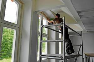 Fastighetsrenoveringar kommer man också att dra in på för att spara pengar.