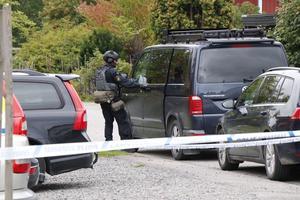Tungt beväpnade poliser anlände snabbt till Grythyttan för att hantera den uppkomna situationen.