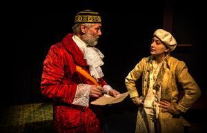 Kostymerna är magnifika; här Dick Olofsson som Capulet och Tora Johansson som den giftaslystne greve Paris.